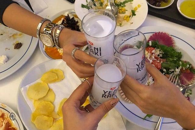 ラク(RAKI)とは?トルコの最もポピュラーなお酒の特徴や歴史、飲み方を解説