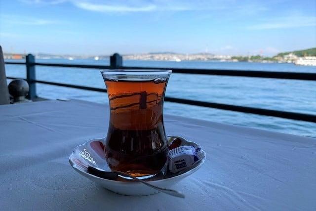 トルコの紅茶「チャイ」とは?独特の淹れ方や飲み方、歴史、効能を解説