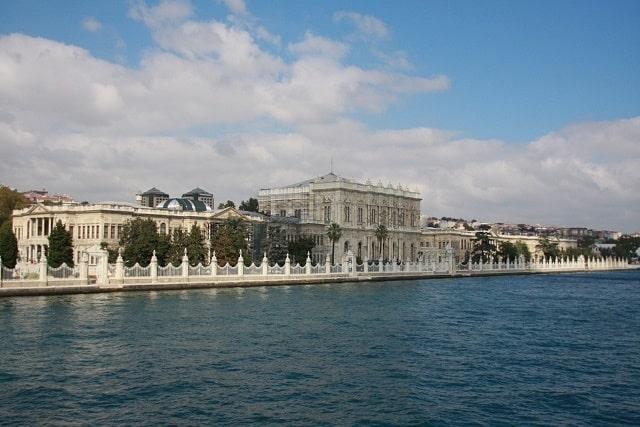 『イスタンブール海峡クルーズと5つの世界遺産トルコ9日間』✽ 羽田発・毎週水曜発・4名催行!エミレーツ航空利用<br><br>✦世界でもっとも美しい海上からの風景を堪能するボスポラス海峡クルーズ付き!心地よい風に吹かれながら、チュラーン・パレス、ドルマバフチェ宮殿、ベイレルベイ宮殿などのエキゾチックな景観を楽しめます<br><br>✦圧倒される神秘の空間・地下宮殿もご案内<br>✦催行決定しやすい ✦最大募集人員10名までのゆとりある旅<br>✦カッパドキア~イスタンブール間約800kmを国内線でらくらく移動と大幅時間短縮だからイスタンブールもカッパドキアも2連泊の充実な滞在!!