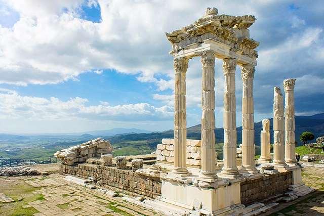 トラヤヌスの神殿