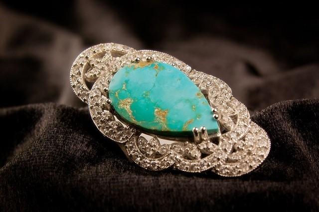 ターコイズ(トルコ石)は美しいブルーが魅力!意味や産地、見分け方を解説